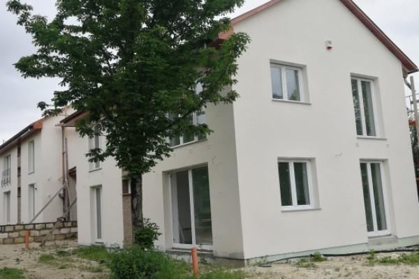 XXII. Baross Gábor-telep, ÚJÉPÍTÉSŰ IKERHÁZ, 150m2, 5 szoba, 3 gépkocsibeálló és tároló KULCSRAKÉSZEN ELADÓ!